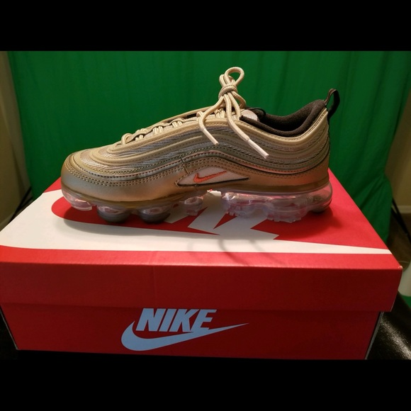 ddeb236159e81 Nike W AIR VAPORMAX '97 WOMENS Metallic Gold Sneak.  M_5b509ce55bbb802652041304